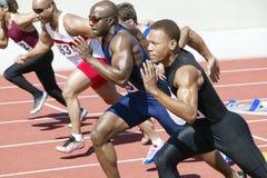 Leichtathletik, die auf Laufbahn sprintet lizenzfreie stockbilder