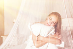 Leichte Frau im Bett Stockbilder
