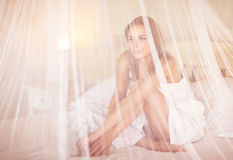 Leichte Frau im Bett Stockfoto