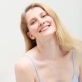 Leichte Frau mit ineinandergreifendem Lächeln Lizenzfreie Stockbilder