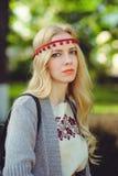 Leichte Frauenblondinenwege kleideten in der natürlichen ethnischen Kleiderstrickjacke und -stirnband an, stilvoll und bequem Das stockfoto