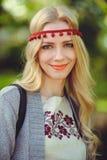Leichte Frauenblondinenwege kleideten in der natürlichen ethnischen Kleiderstrickjacke und -stirnband an, stilvoll und bequem Das stockfotografie