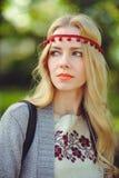 Leichte Frauenblondinenwege kleideten in der natürlichen ethnischen Kleiderstrickjacke und -stirnband an, stilvoll und bequem Das lizenzfreies stockbild
