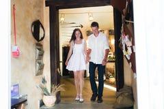 Leichte Paare, die einen netten beleuchteten Caféraum betreten stockbilder
