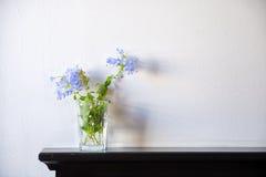 Leichter Blumenstrauß der Bleiwurz Auriculata auf hölzerner Plattformtabelle vorbei Lizenzfreie Stockbilder