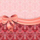 Leichter rosa Hintergrund mit viktorianischem Muster teilte Satinband mit einem Bogen stock abbildung