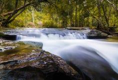 Leichter Wasserfall Stockbild