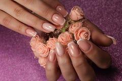 Leichtes Design der französischen Maniküre mit Blumen lizenzfreies stockbild