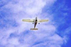 Leichtflugzeug im Himmel lizenzfreies stockbild