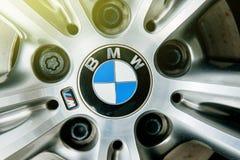 Leichtmetallrad mit BMW-Insignienlogo Stockbild