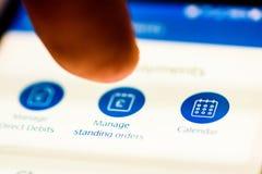 Leid doorlopendee ordersknoop op smartphoneapp het schermclose-up met menselijke vinger richtend aan het royalty-vrije stock fotografie