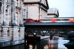 Leid zich het bewegen over brug op stock afbeelding