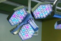 LEIDEN chirurgisch lichtensysteem in werkende ruimte stock fotografie