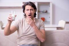 Leiden des jungen Mannes von der Allergie stockfoto