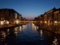 Leiden en la noche Imagenes de archivo