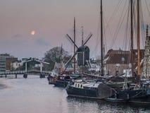 Leiden-Hafen an der Dämmerung mit Mond Stockfotos