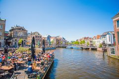LEIDEN kanał NA centrum miasta, niebieskie niebo słoneczny dzień obraz royalty free