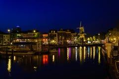 Leiden komt in het donker aan het leven Stock Foto