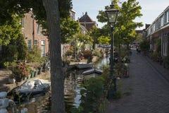 Leiden, Países Baixos - 17 de setembro de 2018: Kijfgracht, casas alo imagem de stock