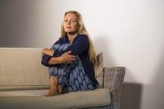 Leidende Krise der deprimierten und besorgten schönen Blondine und Angstkrisengefühl frustriert und Denken einsam am hom lizenzfreies stockfoto