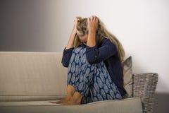 Leidende Krise der deprimierten und besorgten schönen Blondine und Angstkrisengefühl frustriert und Denken einsam am hom stockbilder