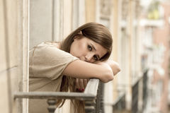 Leidende Krise der jungen traurigen Schönheit, die gesorgt und auf Hauptbalkon vergeudet schaut Stockbilder