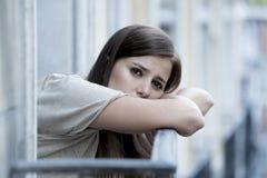 Leidende Krise der jungen traurigen Schönheit, die gesorgt und auf Hauptbalkon vergeudet schaut Lizenzfreie Stockfotografie