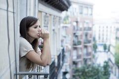 Leidende Krise der jungen traurigen Schönheit, die gesorgt und auf Hauptbalkon vergeudet schaut Stockbild