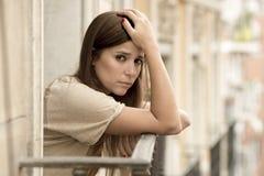 Leidende Krise der jungen traurigen Schönheit, die gesorgt und auf Hauptbalkon vergeudet schaut Stockfotos