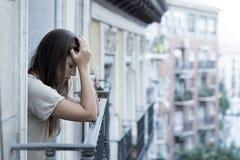 Leidende Krise der jungen traurigen Schönheit, die gesorgt und auf Hauptbalkon vergeudet schaut Lizenzfreie Stockfotos