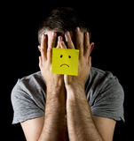 Leidende Krise und Druck des jungen Mannes allein mit trauriger Gesichtspost-itanmerkung Lizenzfreie Stockfotos