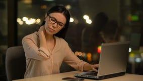 Leidende Nackenschmerzen der Frau nachdem dem Arbeiten an Laptop für lange Zeitspanne, Muskelbelastung stock video
