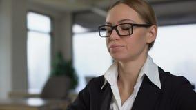 Leidende Nackenschmerzen der jungen Frau an dem Arbeitsplatz, Massage tuend, um Krampf zu entlasten stock video footage