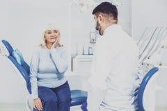 Leidende Schmerz des besorgten Pensionärs im Mund Lizenzfreie Stockbilder