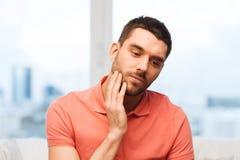 Leidende Zahnschmerzen des unglücklichen Mannes zu Hause Lizenzfreies Stockfoto