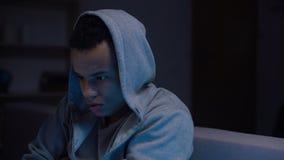 Leidende Zurücknahme des drogenabhängigen Jugendlichen des Afroamerikaners, Rehabilitation stock video