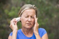 Leidendes Kopfschmerzengewebe der Frau im Ohr lizenzfreies stockbild