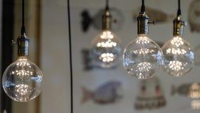 LEIDENE tegenhangerlichten met ronde glasballen, messingscontactdozen die, het gloeien, van het plafond hangen stock afbeelding