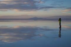 Leidenschaft von Fotografie während des Sonnenuntergangs im Salar von Uyuni Stockfotos