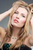 Leidenschaftliche blonde Frau mit heller Verfassung Lizenzfreie Stockfotos