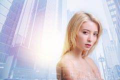 Leidenschaftliche junge blonde Frau, die emotional schaut Lizenzfreie Stockfotos