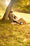 Leidenschaftliche Liebe im Park  Stockbild