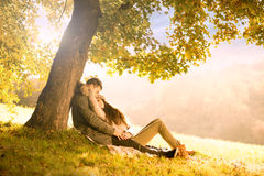 Leidenschaftliche Liebe im Park stockfoto