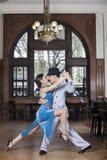 Leidenschaftliche Tango-Tänzer, die im Restaurant durchführen stockbilder