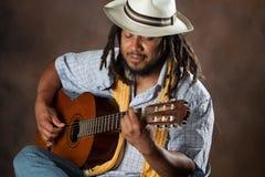 Leidenschaftlicher Afro-Mann, der Gitarre spielt Stockfotos