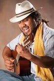Leidenschaftlicher Afro-Mann, der Gitarre spielt Lizenzfreies Stockfoto