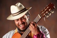 Leidenschaftlicher Afro-Mann, der Gitarre spielt Lizenzfreies Stockbild