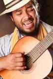 Leidenschaftlicher Afro-Mann, der Gitarre spielt Lizenzfreie Stockfotografie