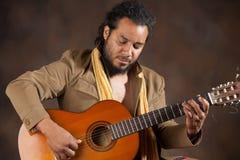 Leidenschaftlicher Afro-Mann, der Gitarre spielt Stockfotografie