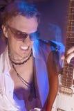Leidenschaftlicher Gitarrist Playing mit Ausdruck Geschossen mit Röhrenblitzen Lizenzfreies Stockbild